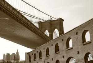 old-tobacco-warehouse-and-the-brooklyn-bridge-freda-sbordoni